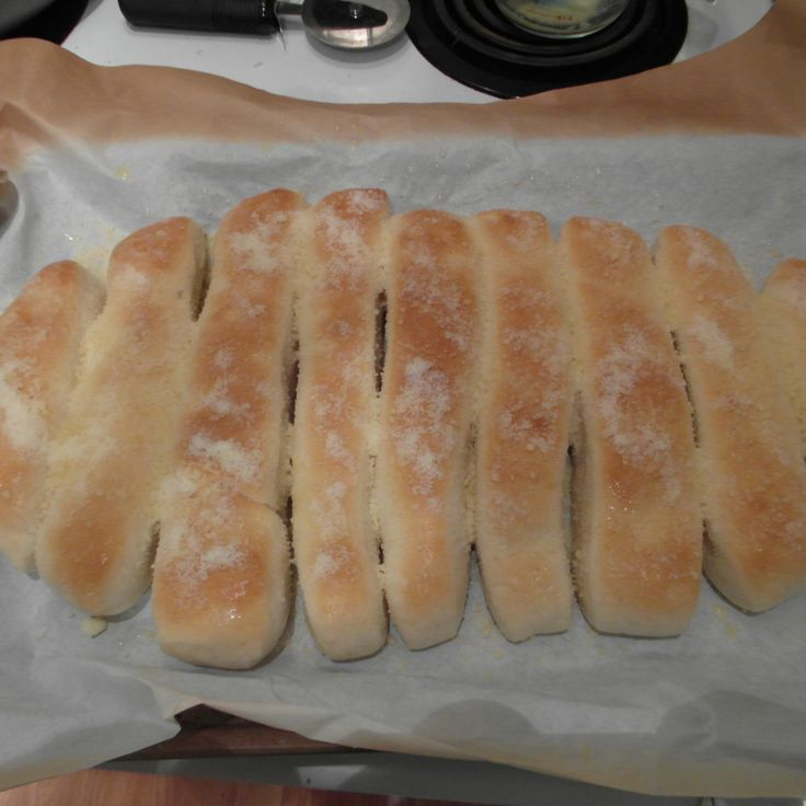 Crazy bread, it is one of my weaknesses. I have always wanted to try and make it at home. Here is the Copycat Little Caesars Crazy Bread recipe I tried.