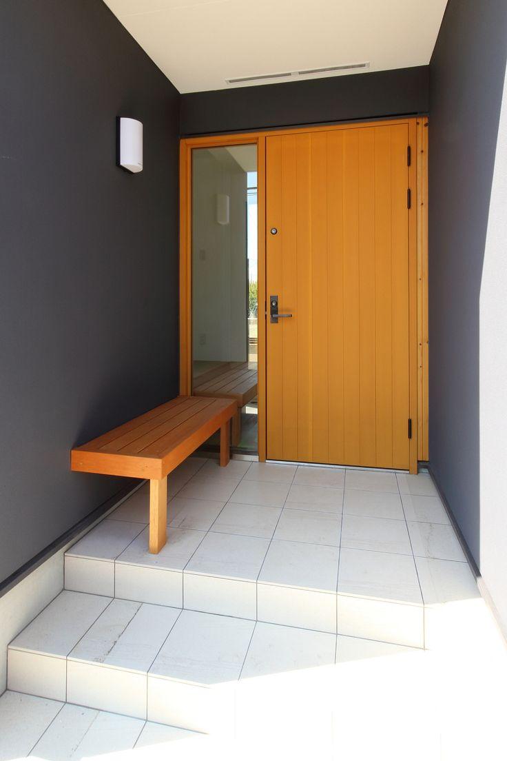 玄関脇のベンチは座る以外にも、鍵を開け閉めするときの荷物置き場となったり、鉢物を置く台になったり多目的に使えます。ポーチ上部の杉の羽目板から連続するモチーフとして、玄関扉は木製のものを採用しました。この写真「ベンチのある玄関ポーチ」はfeve casa の参加建築家「白崎泰弘/有限会社シーズ・アーキスタディオ建築設計...