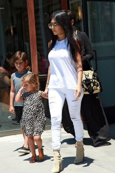 Kourtney Kardashian Photos - The Kardashian clan is spotted out for lunch at Hugo's in Agoura Hills, California on June 22, 2016. - The Kardashians Lunch at Hugo's