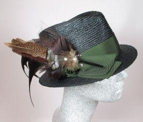 Dirndlhut schwarz mit mit grünem Band und Federn