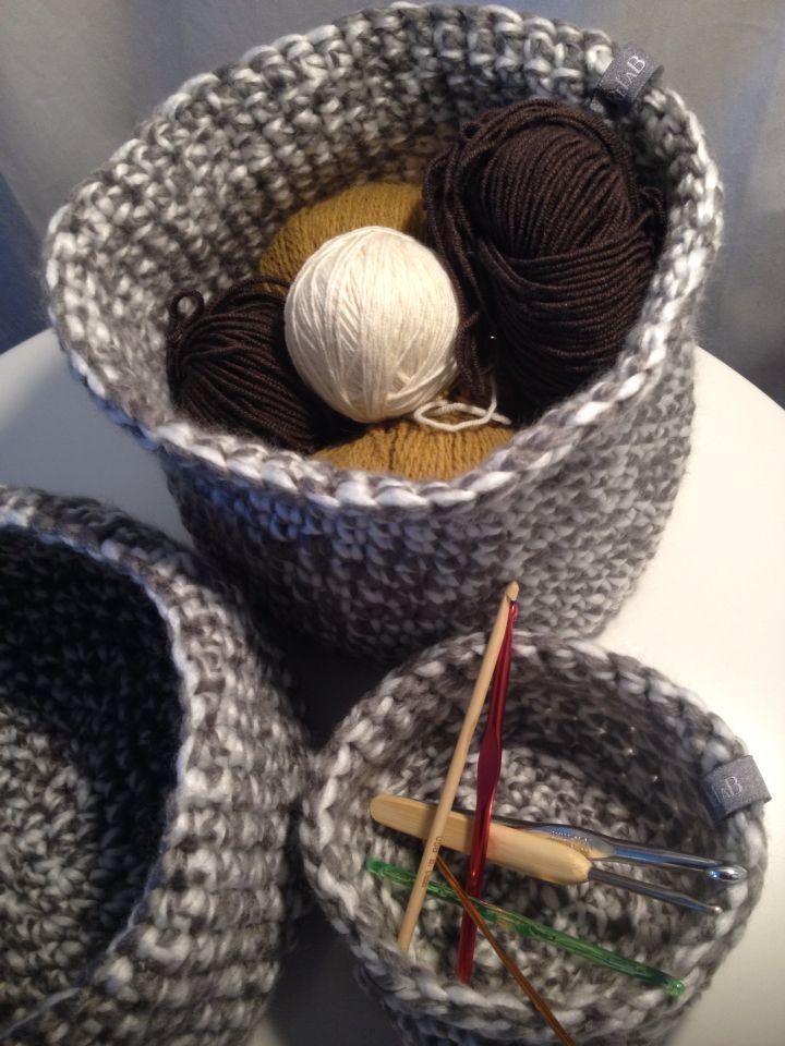 Paniers en crochet pour y regrouper pelotes et crochets