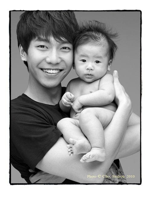 17 Hot Korean stars holding cute babies: Lee Sueng Gi
