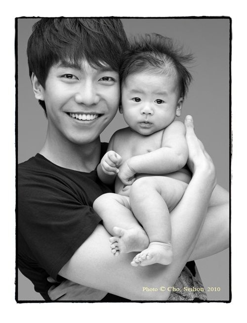 17 Hot Korean stars holding cute babies: Lee Sueng Gi
