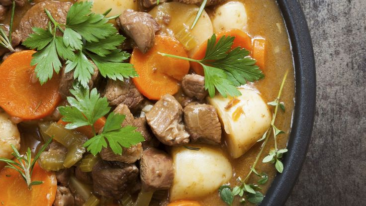 L'Irish stew est un ragoût typique irlandais. Selon les puristes, il doit être préparé avec du mouton, mais l'agneau est plus souvent utilisé.