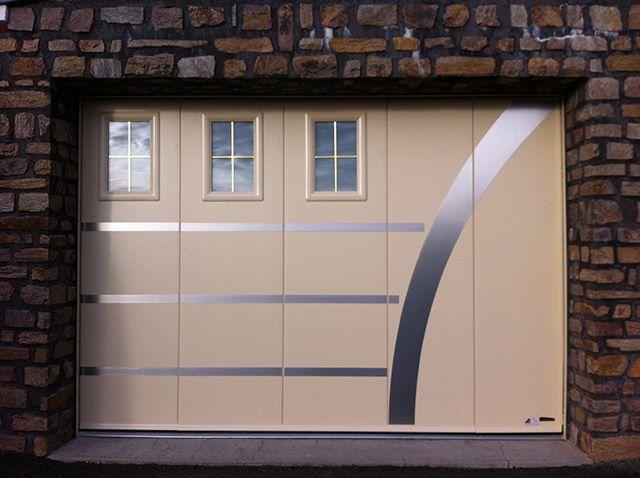 Modele Classique Avec Option Portillon Hublots Et Inserts Porte Garage Garage Porte De Garage Coulissante
