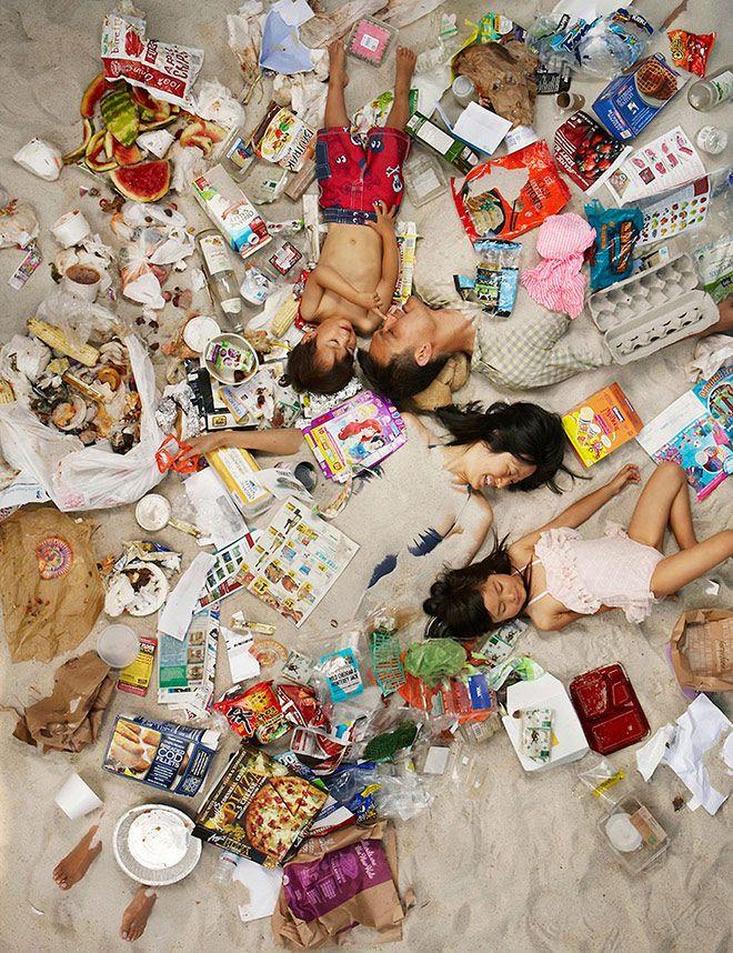 """Gregg Segal presenta """"7 Days of Garbage"""": immersi nella spazzatura"""