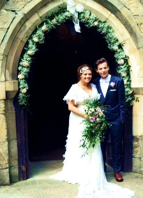 AwwwAwww!!!!! Louis and his mum at her wedding!!!!!! <3  <3  <3