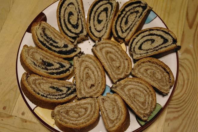 Tento recept robím vždy, keď pečiem i celozrný kváskový chlebík. Kedže sa mi kvások vždy zvýši, urobím ešte 2 plechy kváskových koláčov. Toto je jeden z nich.  - 2 dcl aktivovaného ražného...