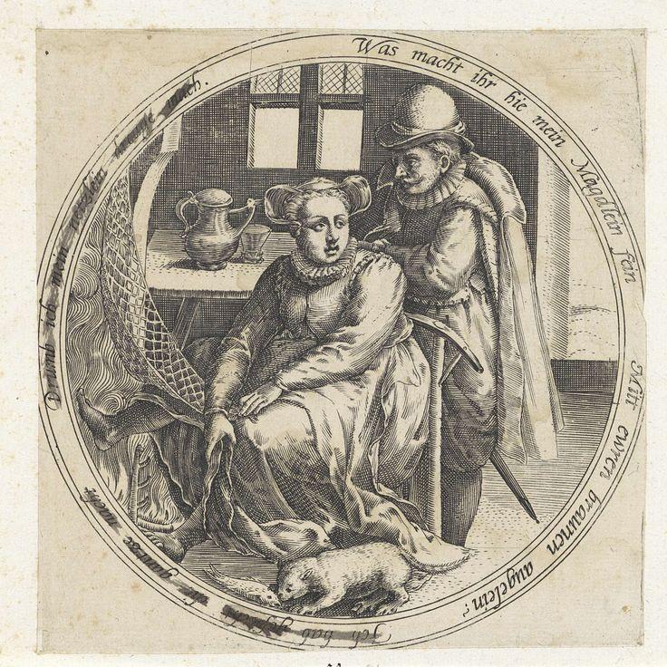 Anonymous | Netdroogster, Anonymous, 1555 - 1631 | Medaillon met een paar in een interieur. De vrouw zit voor een haardvuur een net te drogen. Achter haar staat een man die tegen haar stoel leunt. Op een tafel een kan en glas. Aan de voeten van de vrouw eet een poes een vis. Rondom een dubbelzinnig randschrift in het Duits met een verwijzing naar de nachtelijke escapades van de vrouw.