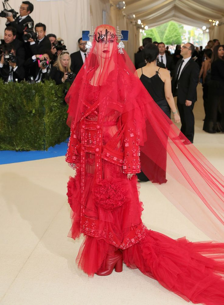 Katy Perry might be covering her face, but she's definitely showing the name of her new album... Witness! Beautiful design by Maison Margiela #met #gala #2017 #fashion #red #carpet #red #dress #dresses #maison #margiela  #fashiolista