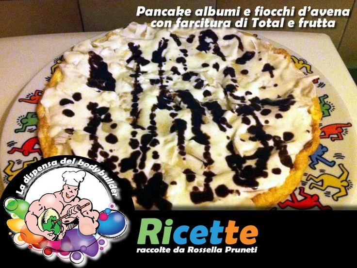Pancake albumi e fiocchi d'avena farcito con yogurt greco e frutta