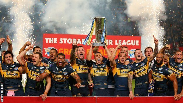Kevin Sinfield lifts the trophy as Leeds Rhinos beat Warrington to claim a record 6th title.