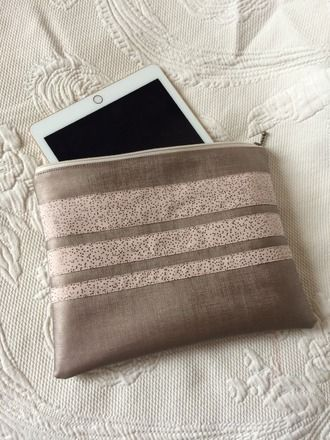 Housse pour tablette 8 pouces en simili cuir Rose gold. sur le devant de la housse 3 bandes de différentes tailles en tissu coton rose gold moucheté. La housse se ferme par une - 16805716
