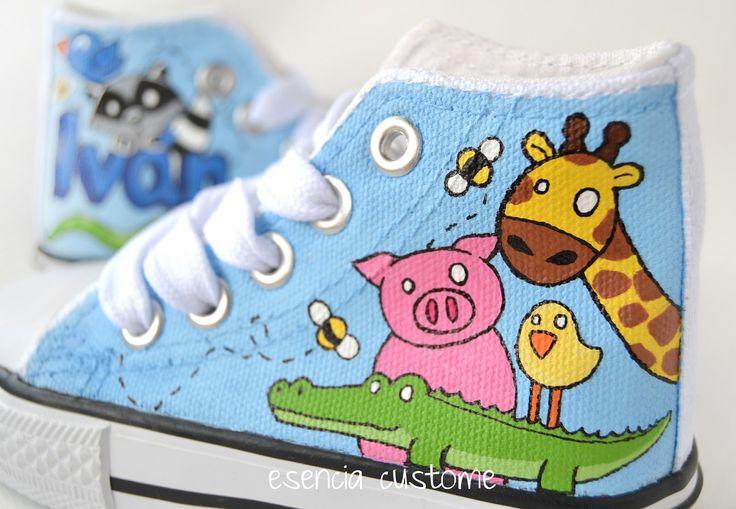 Buenos días!! amanecemos hoy a todo color con estas zapatillas, y es que sobre un fondo azul cielo yeligiendounos animalitos tan llamativ...