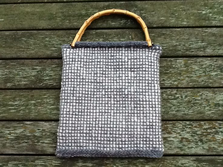Krokad väska, fodrad och med  bambuhandtag.