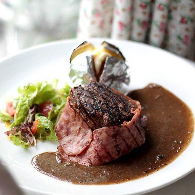 Di @djoeroemasak_resto paling bisa deh buat manjain diri dan perut kamu, Foodlovers!  Selain tempatnya yang lucu-lucu gitu, makanannya juga oke punya!  Contohnya BEEF THERNIDORS ini, dagingnya empuk banget dan sausnya endeeush!  @djoeroemasak_resto Jalan Veteran no 44 Bandung #kulinerbdg #kuliner #bandung #djoeroemasak