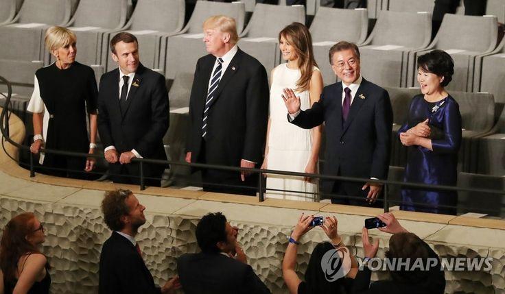 나란히 공연 관람한 한-미-프 정상 내외  나란히 공연 관람한 한-미-프 정상 내외 (함부르크=연합뉴스) 문재인 대통령과 김정숙 여사가 7일 오후(현지시간) 독일 함부르크 엘부필하모니에서 열린 G20정상회의 문화공연을 마치고 손을 들어보이고 있다. 가운데는 도널드 트럼프 미국 대통령 내외, 왼쪽은 에마뉘엘 마크롱 프랑스 대통령 내외. 2017.7.8