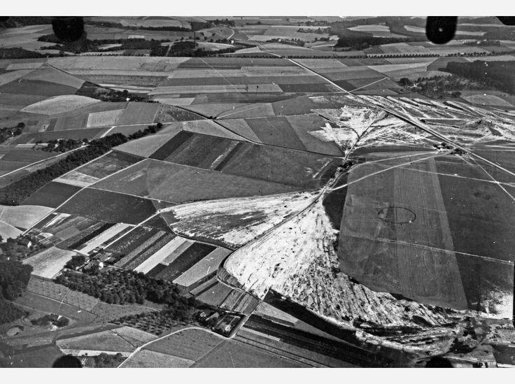 Hier: Flug 15, Bild 411. Position der Kamera: fotografiert über dem heutigen Mülheim-Menden-Holthausen und Essen-Haarzopf, etwa  über dem Bereich zwischen Zeppelinstraße/Lilienthalstraße, A52 und Horbeckstraße. Im Bild: der Flughafen Essen-Mülheim.
