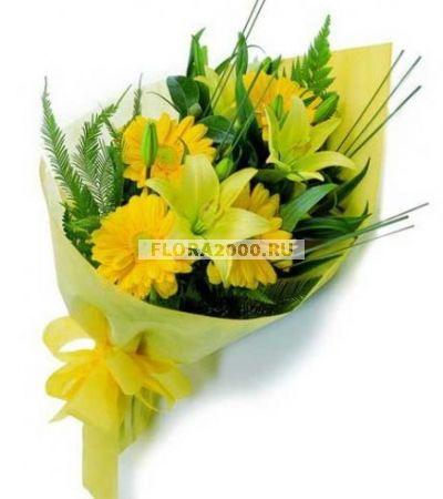 Яркий букет из солнечных гербер и нежно-желтых лилий, дополненный зеленью и украшенный такой же желтой оберткой, подарит замечательное настроение и душевное тепло. Он несет в себе заряд отличного настроения и положительных эмоций.