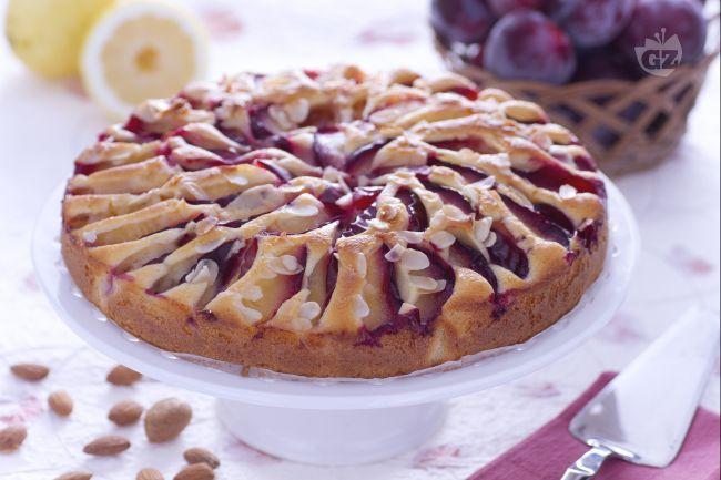 La torta di prugne è un dolce soffice, facile da preparare: una torta ideale per la colazione, profumata e condita con prugne fresche a fettine.