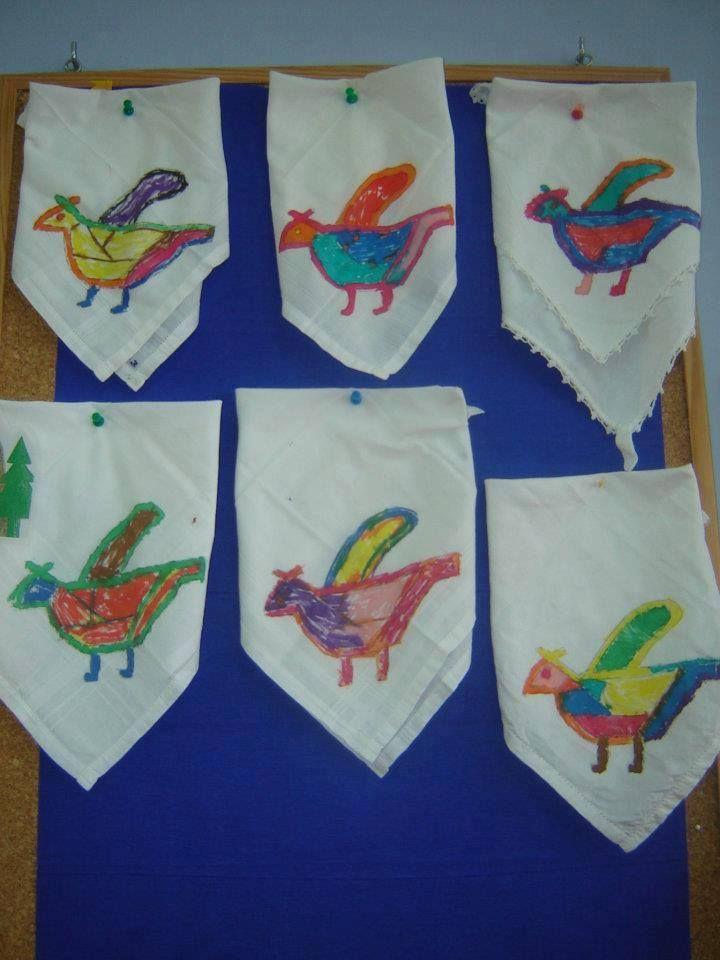 Anna Tsiggerlioti- Μια ιδεα για την 25η Μαρτίου και την παραδοση....Σε ασπρο μαντηλι τα παιδιά ζωγραφίζουν σχεδια παραδοσιακά που αποτυπώνονται σε ποδιές, ρούχα, ταγάρια, γιλέκα.. Μπορειτε να τα χρησιμοποιήσετε για στολισμο σκηνικού ή ακόμα καλύτερα να τα κρατούν τα παιδιά στους χορούς!