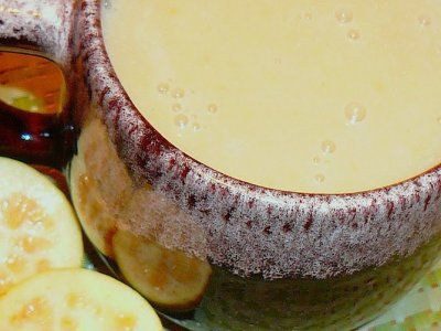 Atole de Guayaba | Esta deliciosa bebida de atole de guayaba se hace con fruta natural. Si la quieres de color rosa, puedes utilizar guayabas rosas.