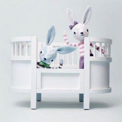 Puppenbett - Das Kili-Bett von Sebra in der Gruppe <b>SPIELZEUG</b> bei Blå Elefant - Blaue Elefant (seb-3007301)