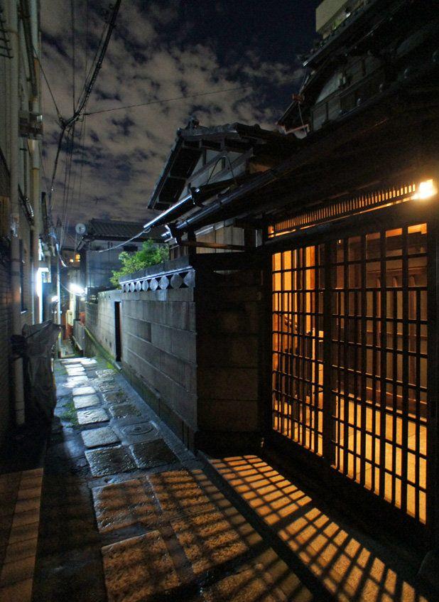 夜散歩のススメ「石畳路地の光格子」東京都豊島区