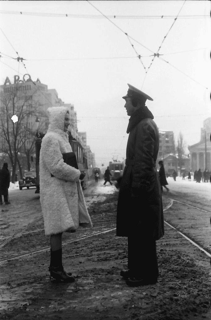 Scenă de stradă pe b-dul Magheru (Take Ionescu, pe atunci), în 1941. (si muzeul Simu, in dreapta) Foto: Willy Pragher