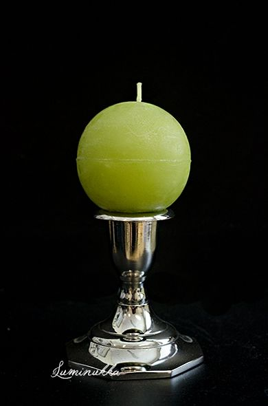 Omenaisen vihreä, käsintehty Kotimo Designin pallokynttilä. Rustiikkisen näköinen kynttilä on kerrassaan herkullinen väripilkku sisustuksessa. Pallon koko on 6 cm.  Green ball-shaped candle, 100% paraffin made by Kotimo Design. Rustic green candle looks like an apple! This is absolutely a DELICIOUS color spot to the decoration..