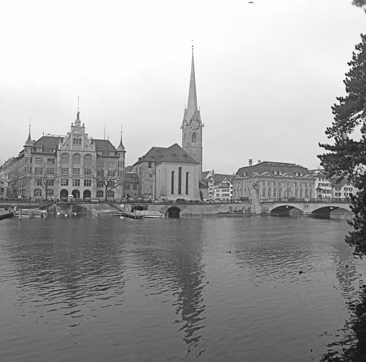 Das Kloster Fraumünster war ein Benediktinerinnen-Stift in Zürich (Kanton Zürich, Schweiz). Die ehemalige Klosterkirche ist eines der Wahrzeichen Zürichs. Foto von Ralf R.