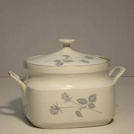 Misa na polievku zo starého československého porcelánu, značená. Rozmery: 18 x 16 cm. S možnosťou fakturácie. Prepravné náklady  nie sú v cene.
