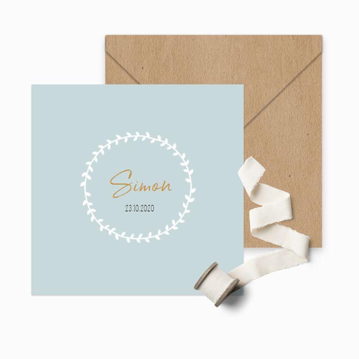 Klassiek lichtblauw geboortekaartje met een witte handgetekende krans met de naam van jullie kindje.