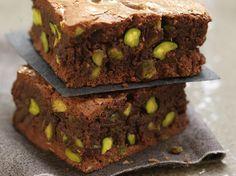 Brownie aux pistaches grillées, sauce au chocolat et noix de pécan caramélisées - La Table à Dessert