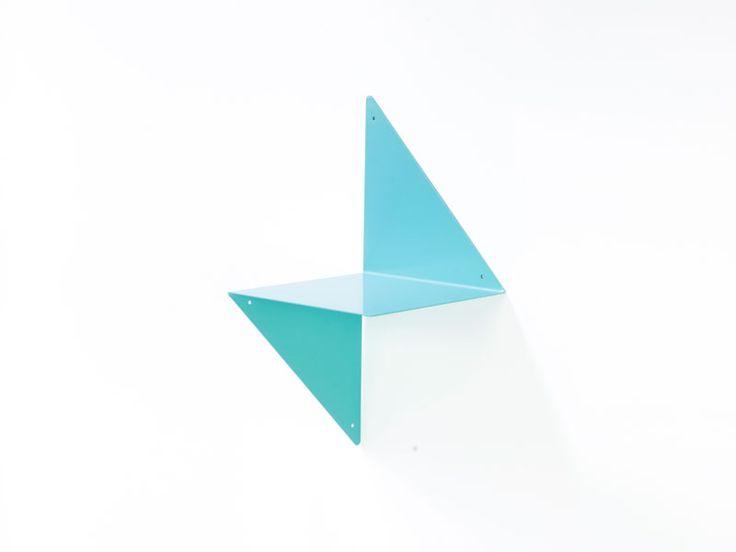 3D étagère modulable en métal plié bleu turquoise. 3D est une étagère que l'on peut poser dans deux positions différentes. A utiliser seule en angle ou au milieu du mur, mais aussi en groupe pour former une composition très graphique et colorée. Un papier peint fonctionnel en 3 Dimensions.