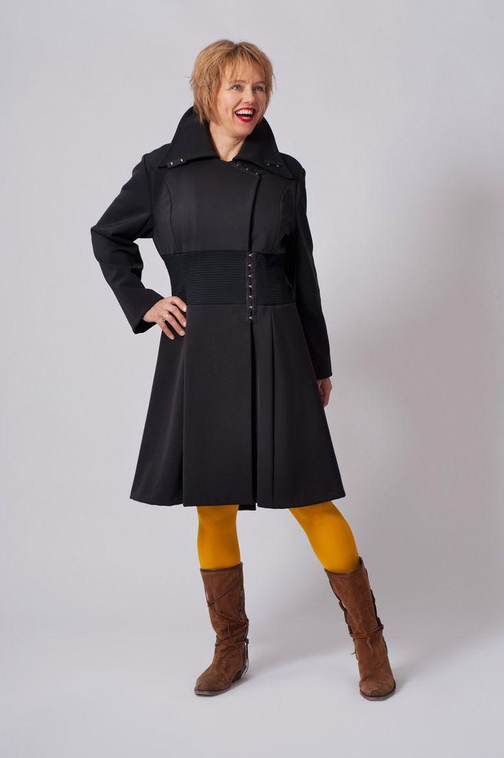 Donkerblauwe marinejas met waterafstotende coating. In de taille een brede elastische band en sluitingen van corsethaken.