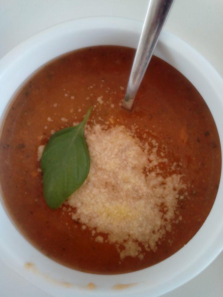 Courgettesoep recept - Stevige courgettesoep met basilicum, tomaat, ui, knoflook en wortel - Plezier in de Keuken