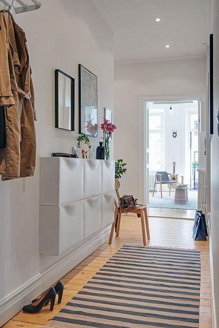 decoracin de pasillo estrecho muy femenino en tonalidades blancas y suelo de madera