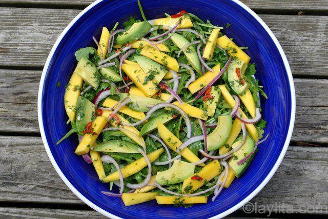 Recette et photos étape par étape de la salade de mangue, avocat et oignon rouge, assaisonnée de vinaigrette d'orange piquante.