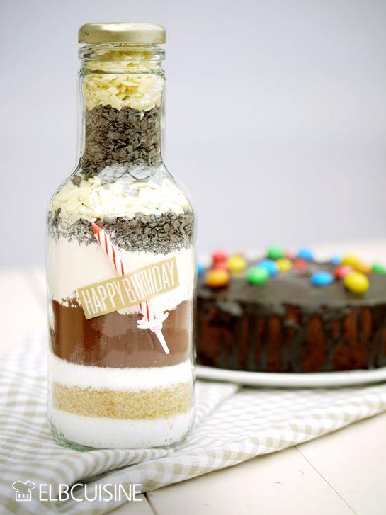 Ein Geburtstagskuchen ist immer das perfekte Geschenk! Falls mal nicht genug Zeit zum Backen bleibt, kann man ihn wunderbar als Backmischung in ein hübsches Glas packen und mit einer kleinen Kerze dekorieren. Das ist schneller gemacht als ein Kuche ...