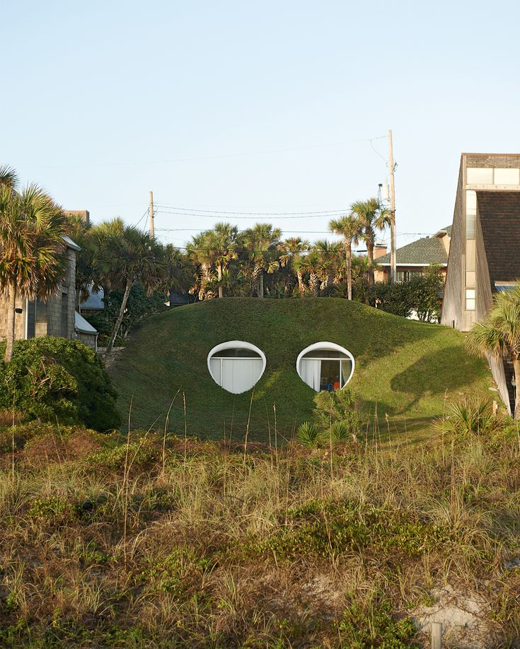 Folies modernistes en Floride photographiées par Jason Schmidt: Oceanfront houses in Jacksonville, Florida. Design by William Morgan and others. This famous underground home is known as the Mole Hole.