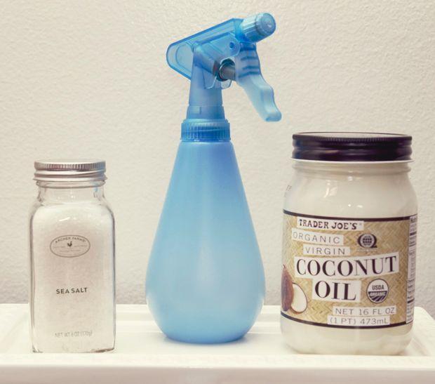 – 2 t. d'eau chaude – 1 cuillère à thé de sel – 1 cuillère à thé d'huile de coco – 1 cuillère à thé de gel à cheveux ou de revitalisant (facultatif)  COMMENT FAIRE: – Mélangez tous les ingrédients ensemble et versez dans une bouteille avec un vaporisateur – Appliquez en petite quantité sur vos cheveux lorsqu'ils sont mouillés – Enroulez (twistez) vos mèches de cheveux sur elles-mêmes – Laissez sécher à l'air libre