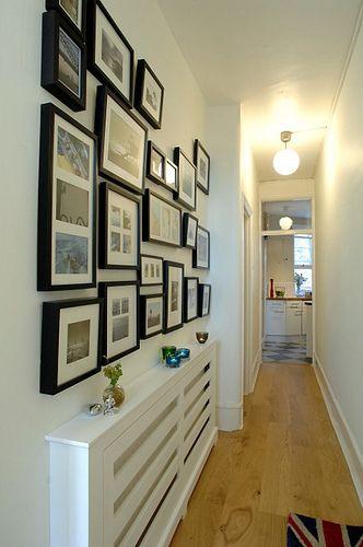 Decoração de parede com quadros, em corredor