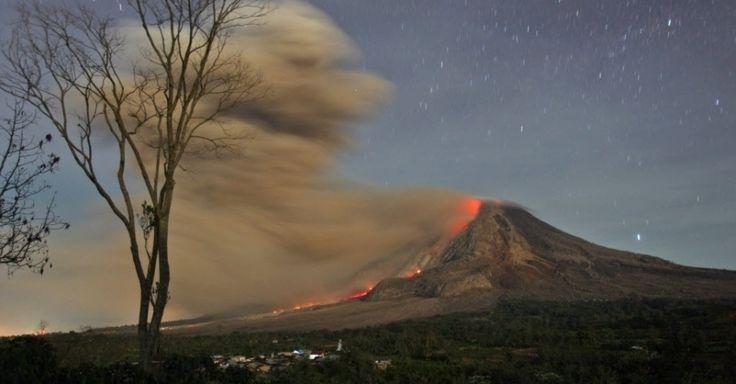 Imagem feita em longa exposição mostra lava e cinzas vulcânicas expelidas do monte Sinabung, no norte de Sumatra, Indonésia. O vulcão entrou em erupção depois de permanecer inativo por 400 anos. 13/10/14.  Fotografia: Binsar Bakkara/AP.