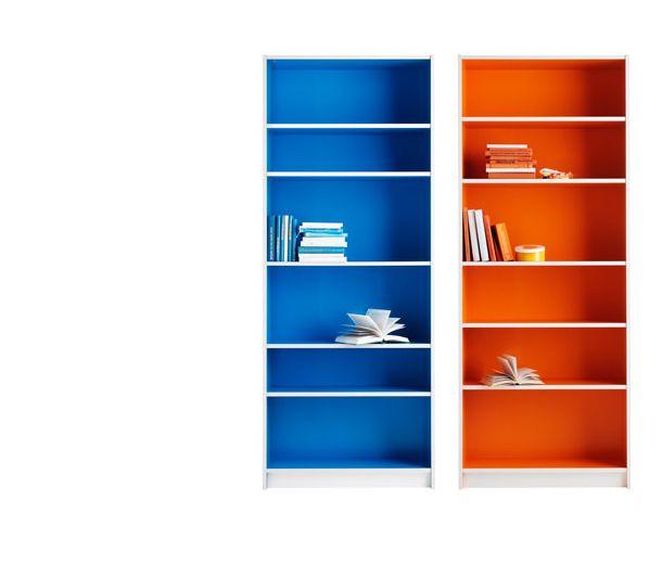 Due librerie BILLY bianche dipinte internamente, una di blu e una di arancione.