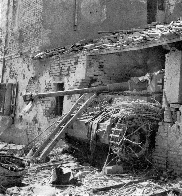 Tanque de Panzer IV German Panzerkampfwagen IV que se oculta en una posición de emboscada.