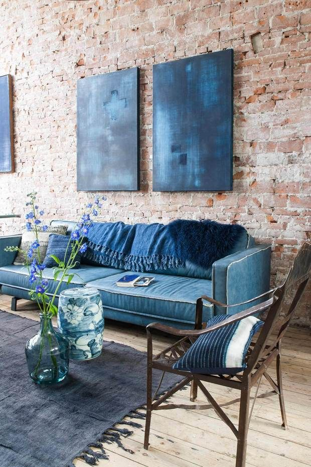 Sofá y cuadros en azul índigo