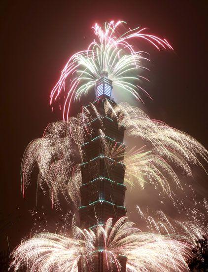 Les célébrations du Nouvel An autour du monde-----------------Des feux d'artifice illuminent le plus haut gratte-ciel du Taïwan, le Taipei 101, le 1er janvier 2016.