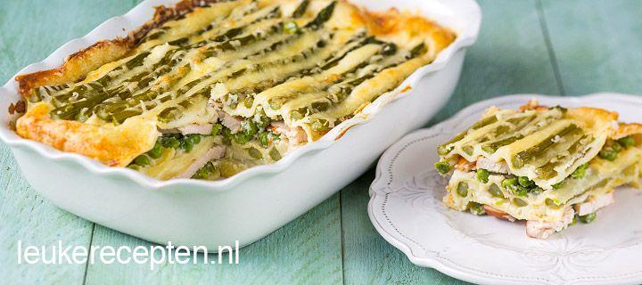 HOOFDGERECHT – 35 MIN + 40 OVENTIJD – 4 PERSONEN **  Heerlijke lente lasagne met laagjes gerookte kip, groene asperges en zelfgemaakte bechamelsaus Ingrediënten 350 gr groene asperges 200 gr erwtjes (uit de diepvries) 300 gr gerookte kip, in plakjes 125 gr geraspte (mozzarella) kaas 1 ui 2 teentjes knoflook peper en zout 75 gr boter 90 gr bloem 750 ml melk 1 pak lasagnebladen   Materialen Ovenschaal (ca 20 x 30 cm) Garde