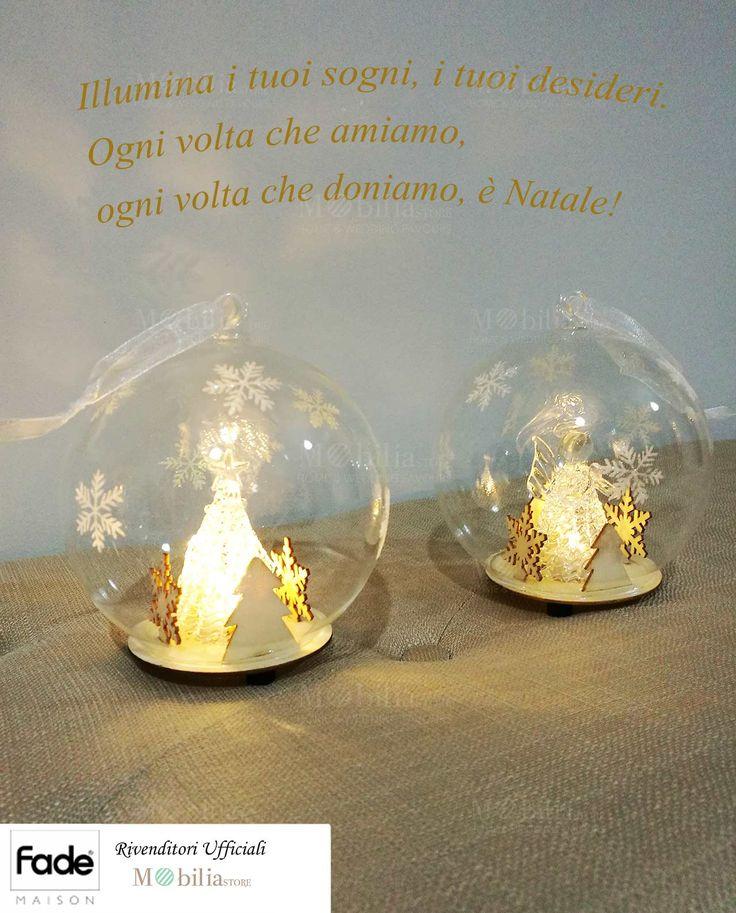 Fantastica e originale Palla Natalizia con luce led, realizzata in vetro soffiato trasparente con fantastiche decorazioni al suo interno in legno naturale. Potrete scegliere tra due meravigliose varianti: Palla natalizia con Angioletto o Palla natalizia con Albero. Scopri le meravigliose offerte Fade Maison su Mobilia Store. Sconti fino al 60%!
